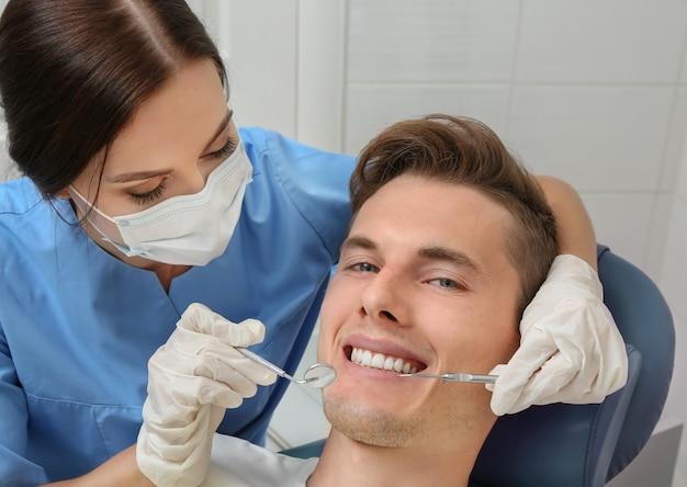 Dentista examinando dentes de pacientes na clínica