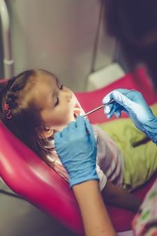 Dentista, examinando, menininha, em, dela, escritório