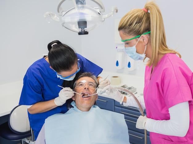 Dentista examinando um paciente