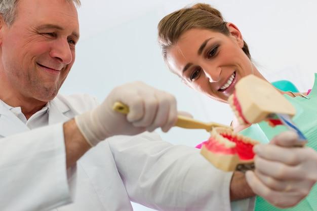 Dentista, explicando, dentes, escovar, para, paciente