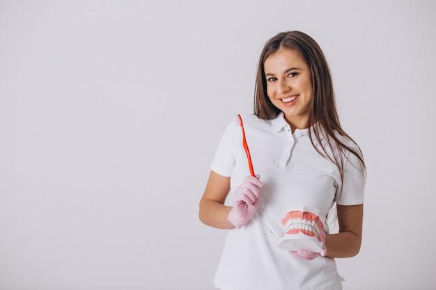 Dentista feminina com ferramentas de odontologia isolado