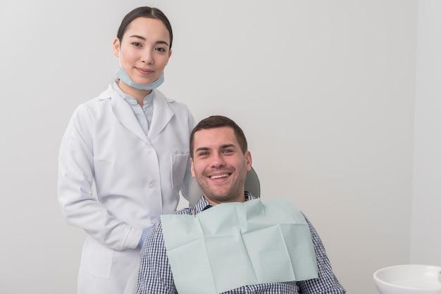 Dentista feminina com paciente