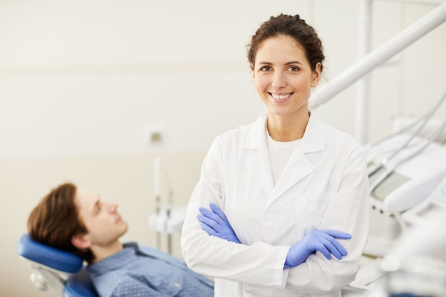 Dentista feminina confiante
