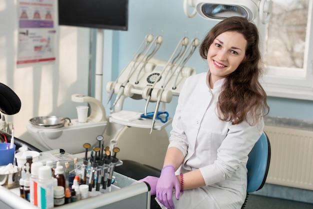 Dentista feminina no consultório odontológico