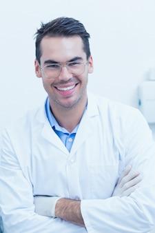 Dentista masculina feliz com braços cruzados