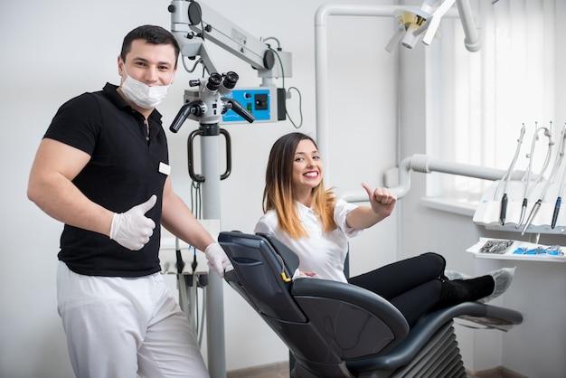 Dentista masculino tratando de um paciente