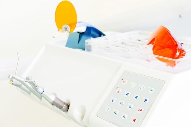 Dentista no local de trabalho na clínica