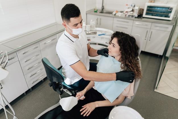 Dentista, preparando o paciente no escritório