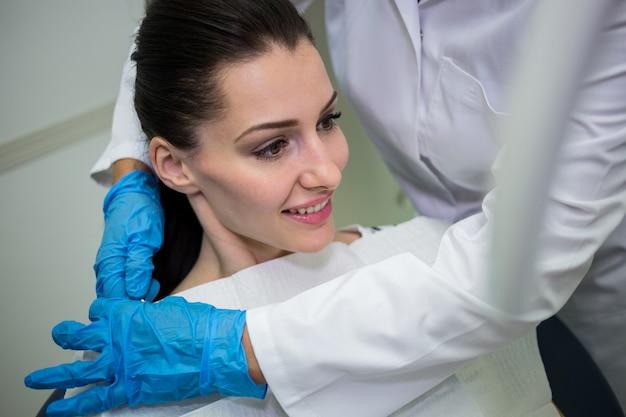 Dentista, preparando o paciente para check-up dentário