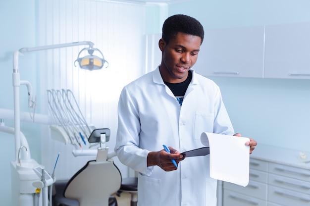 Dentista preta em uma clínica odontológica