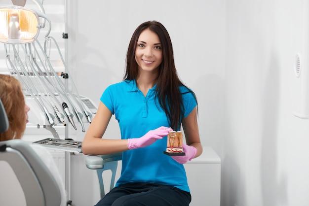 Dentista profissional feminina no trabalho