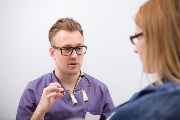 Dentista profissional tendo consulta com o paciente