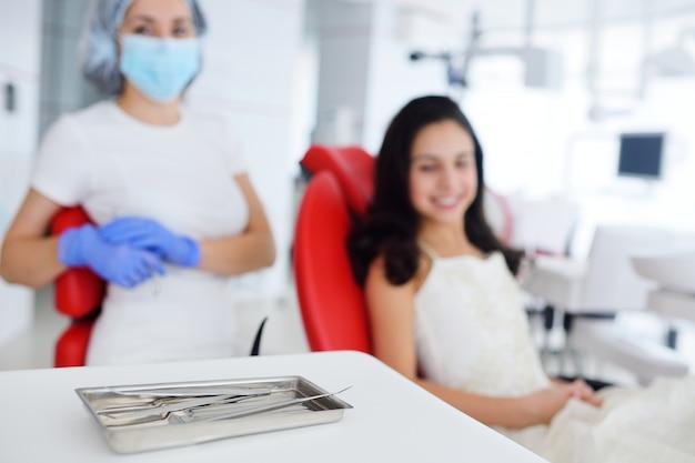 Dentista trata os dentes para menina