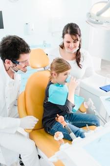 Dentista, tratando, criança, em, seu, cirurgia