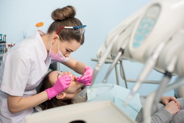 Dentista verificando dentes de pacientes