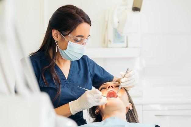 Dentistas com um paciente durante uma intervenção odontológica. conceito médico.