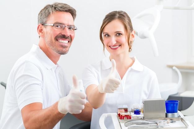 Dentistas em sua cirurgia ou consultório com utensílios odontológicos