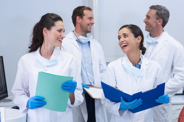 Dentistas interagindo uns com os outros