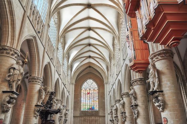Dentro da catedral de st. michael e st. gudula é uma igreja católica romana em bruxelas, bélgica.