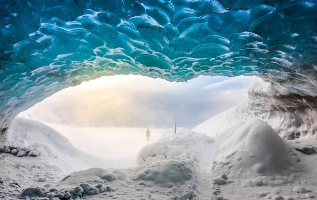Dentro da caverna de gelo em vatnajokull, na islândia.