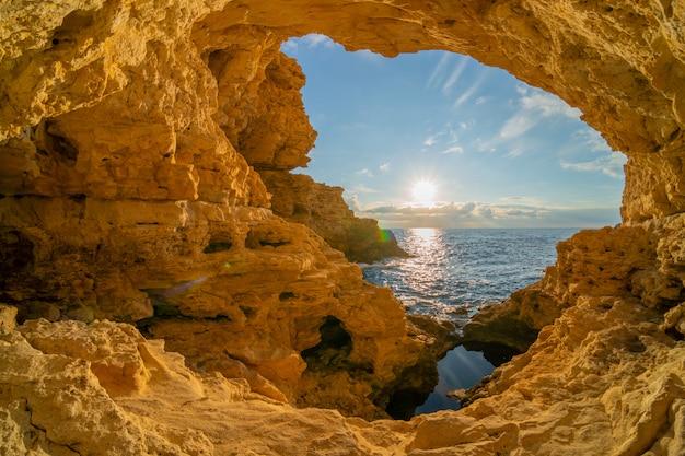 Dentro da gruta