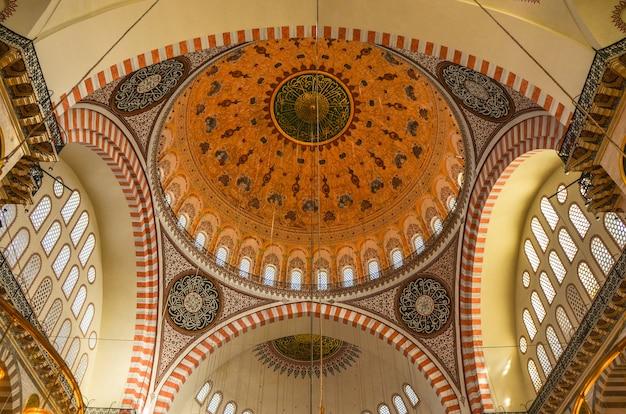Dentro da mesquita azul em istambul, turquia.