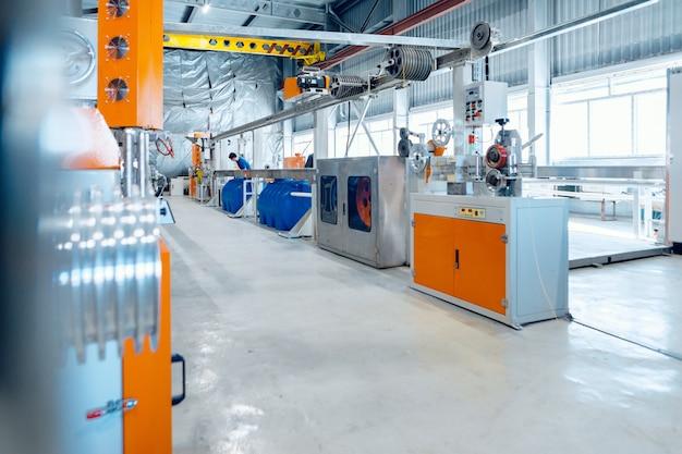 Dentro da nova fábrica de fabricação de cabos elétricos. produção de cabos.