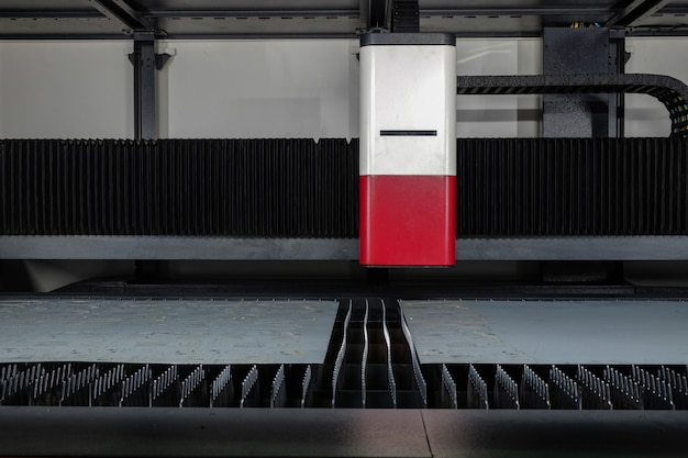 Dentro de máquina de corte a laser e chapa de aço no modo de espera para trabalhar em fábrica inteligente, indústria 4.0