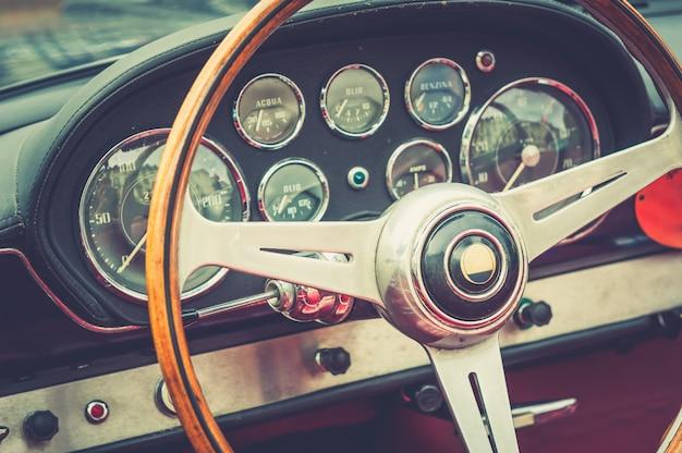 Dentro de um carro antigo de luxo