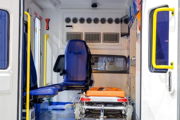 Dentro de um carro de ambulância com equipamento médico para ajudar os pacientes