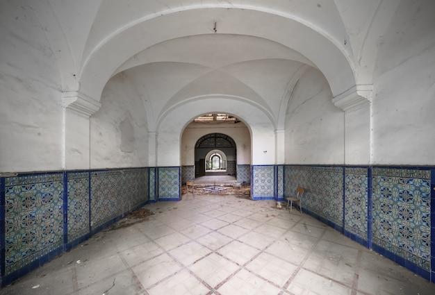 Dentro de um castelo abandonado