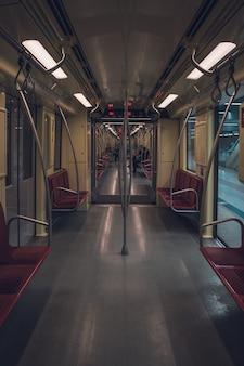 Dentro de um trem vazio do metrô