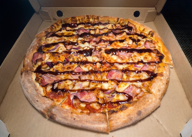 Dentro de uma caixa de pizza. pizza clássica em caixa de papelão. visão de grande angular de cima. entrega de pizza, menu. fast food, massa crocante