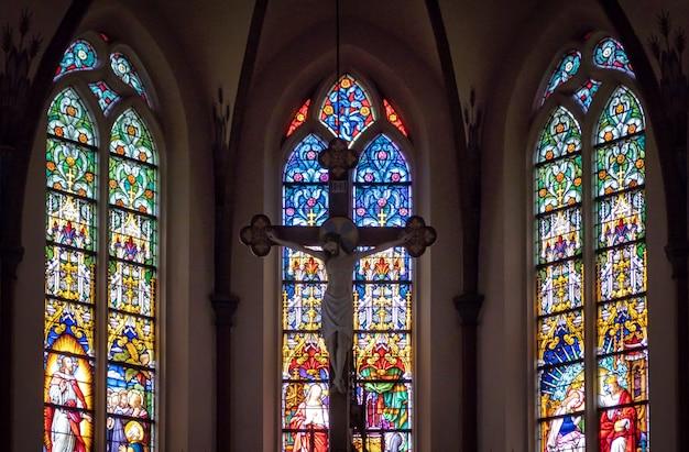 Dentro de uma catedral da igreja católica
