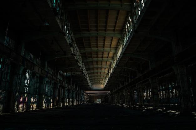 Dentro de uma grande e velha instalação abandonada