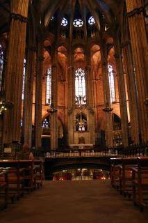 Dentro de uma grande igreja