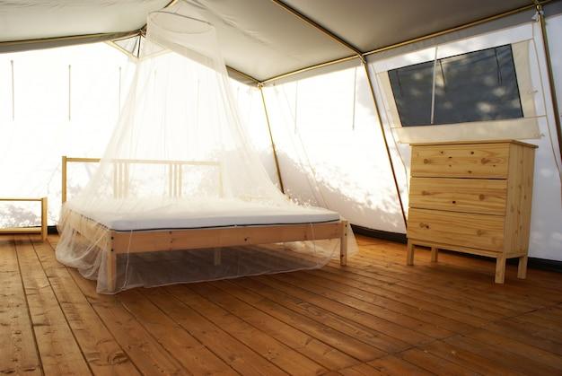 Dentro de uma grande tenda de luxo