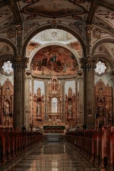 Dentro de uma igreja católica no méxico