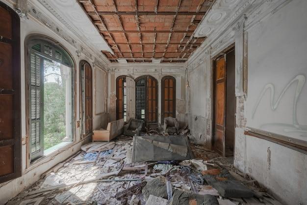 Dentro de uma mansão destruída