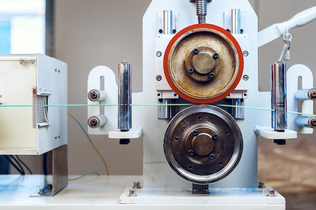 Dentro de uma planta moderna que produz cabos de energia elétrica e fibras ópticas. peça da máquina de fabricação de cabos.