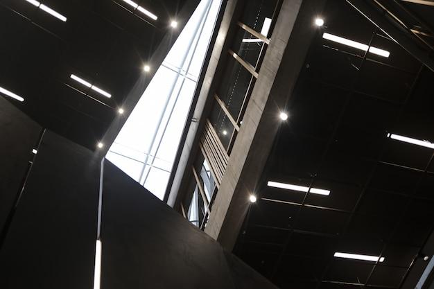 Dentro do prédio do centro de negócios