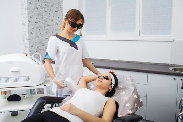 Depilação a laser e cosmetologia em clínica de estética cosmética