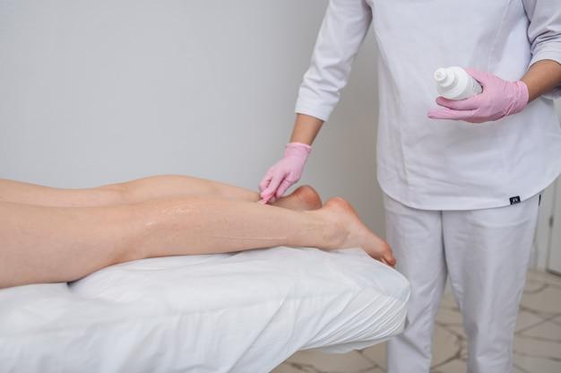 Depilação a laser e cosmetologia em preparação de conceito de spa de salão de beleza para o procedimento de laser