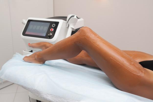 Depilação a laser e cosmetologia em salão de beleza. procedimento de remoção de pêlos. conceito de depilação a laser, cosmetologia, spa e remoção de pêlos. mulher bonita, cabelo, removendo pernas