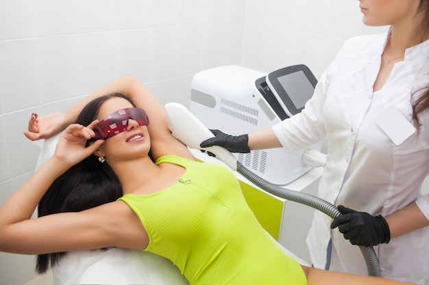 Depilação a laser e cosmetologia em salão de beleza. procedimento de remoção de pêlos. depilação a laser, cosmetologia, spa e depilação