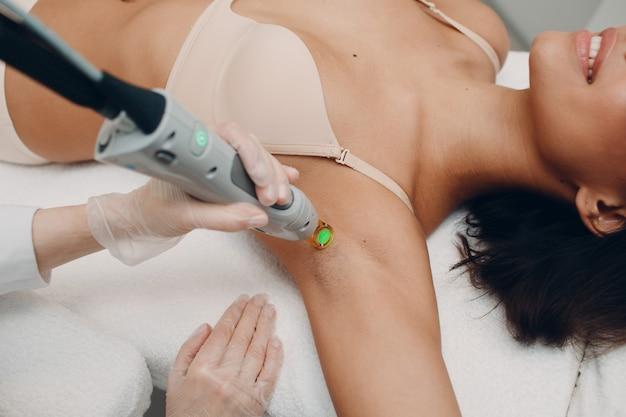 Depilação a laser e cosmetologia. procedimento de cosmetologia para remoção de pêlos. depilação a laser e cosmetologia. conceito de cosmetologia e spa.