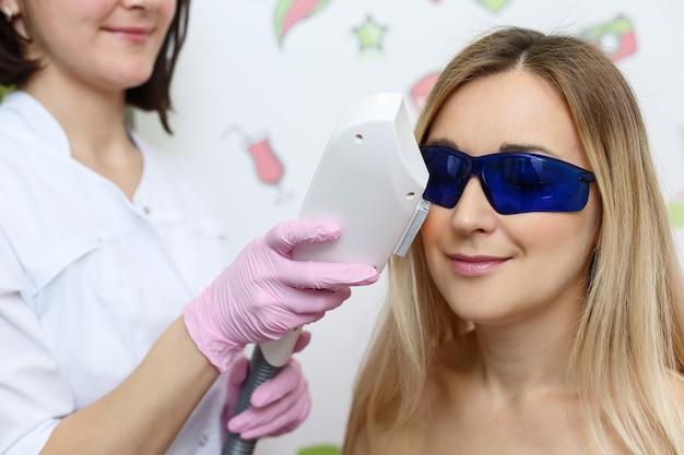 Depilação a laser mulher fazendo depilação a laser facial sorrindo