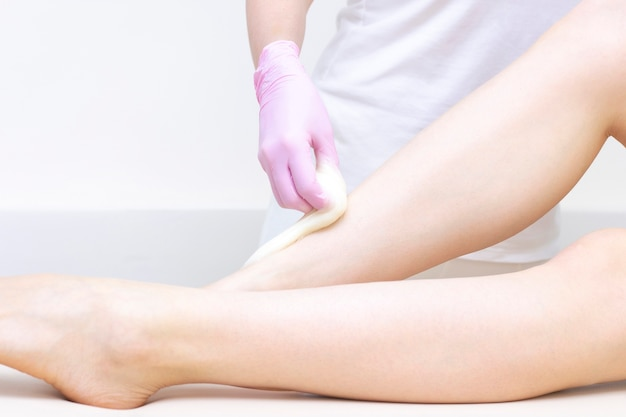 Depilação e massagem. lindas pernas femininas