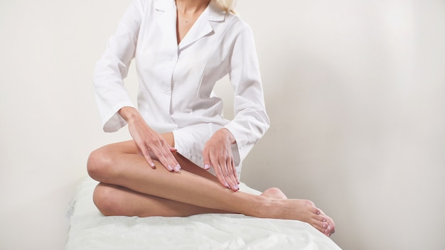 Depilação, pele macia e sedosa dos pés, após tratamentos de spa, cuidados com a pele, centro de spa