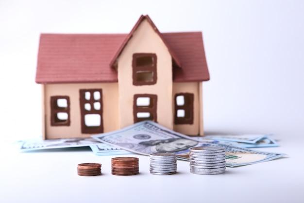 Depositar moedas como um conceito de investimento. o sonho de uma casa. ele economiza para ficar rico. o conceito de acumulação ou renda. isso é receita passiva de juros.